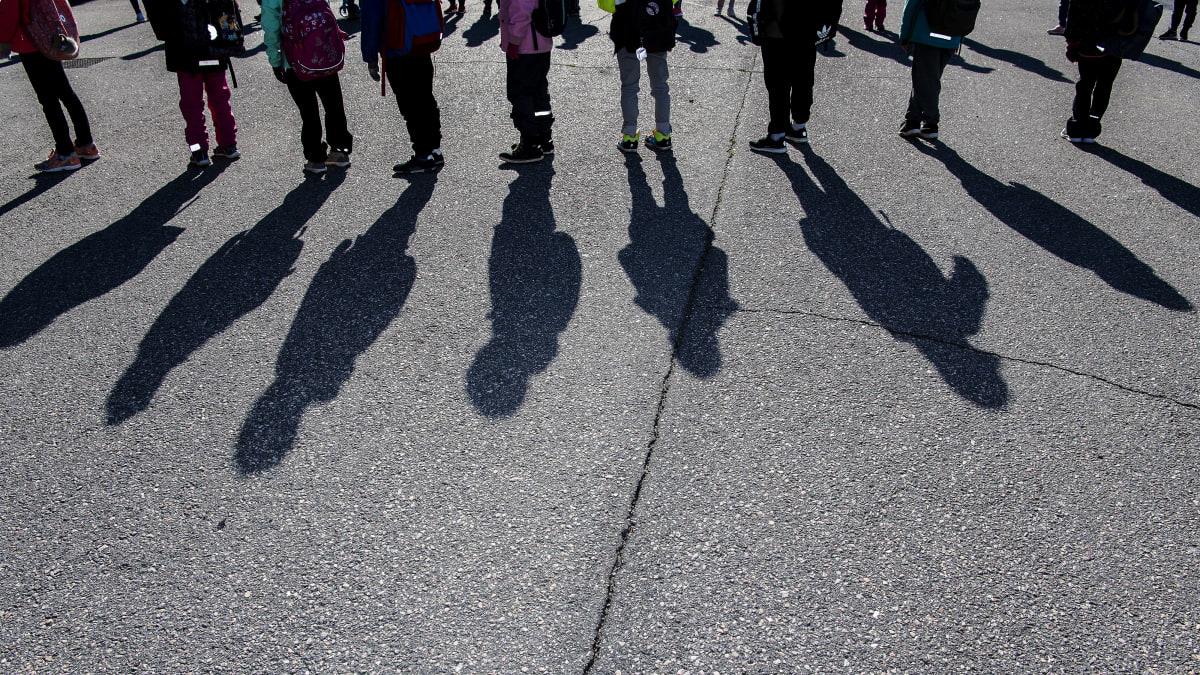 Kuvassa koululaiset odottavat pääsevänsä sisälle koulurakennukseen.