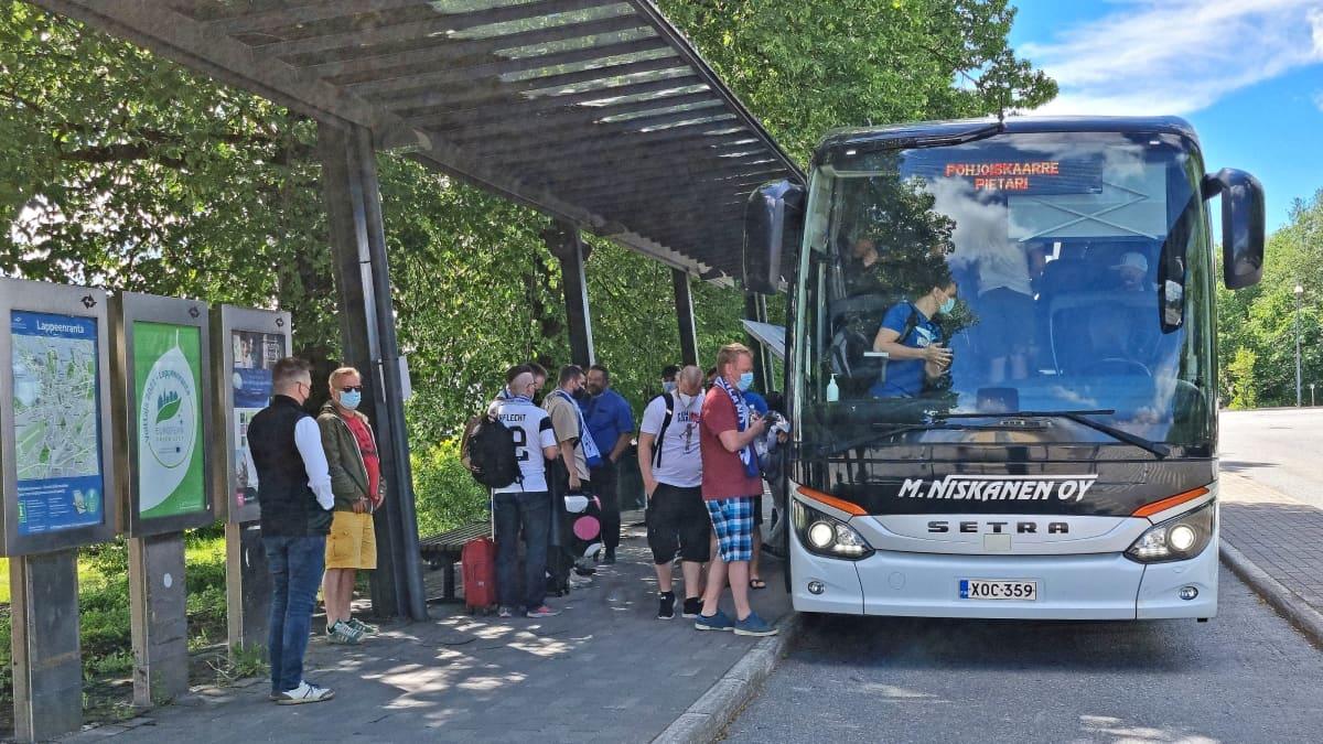 Kisaturistit lähtivät kohti Pietaria jalkapallon EM-kisoihin