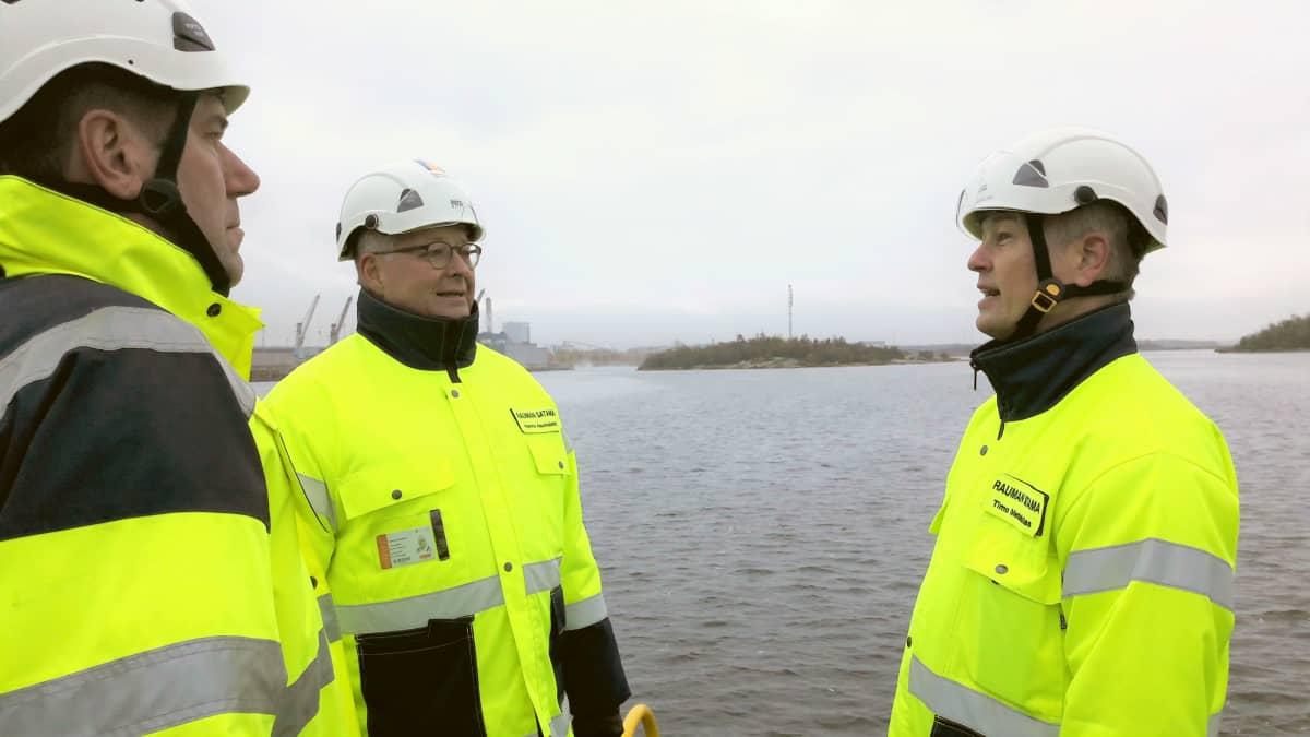 Miehiä keskustelemassa Rauman satamassa