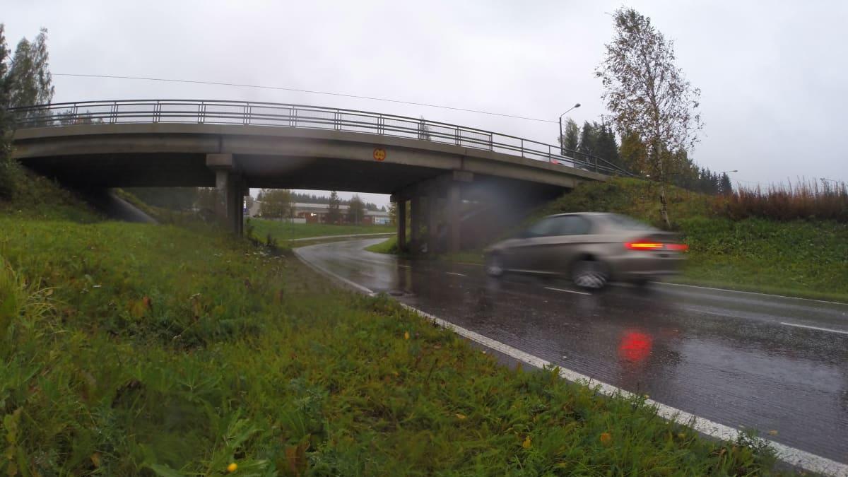 Auto ajaa alikulusta sateessa
