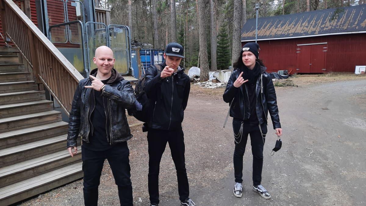 kolmes miestä pihalla