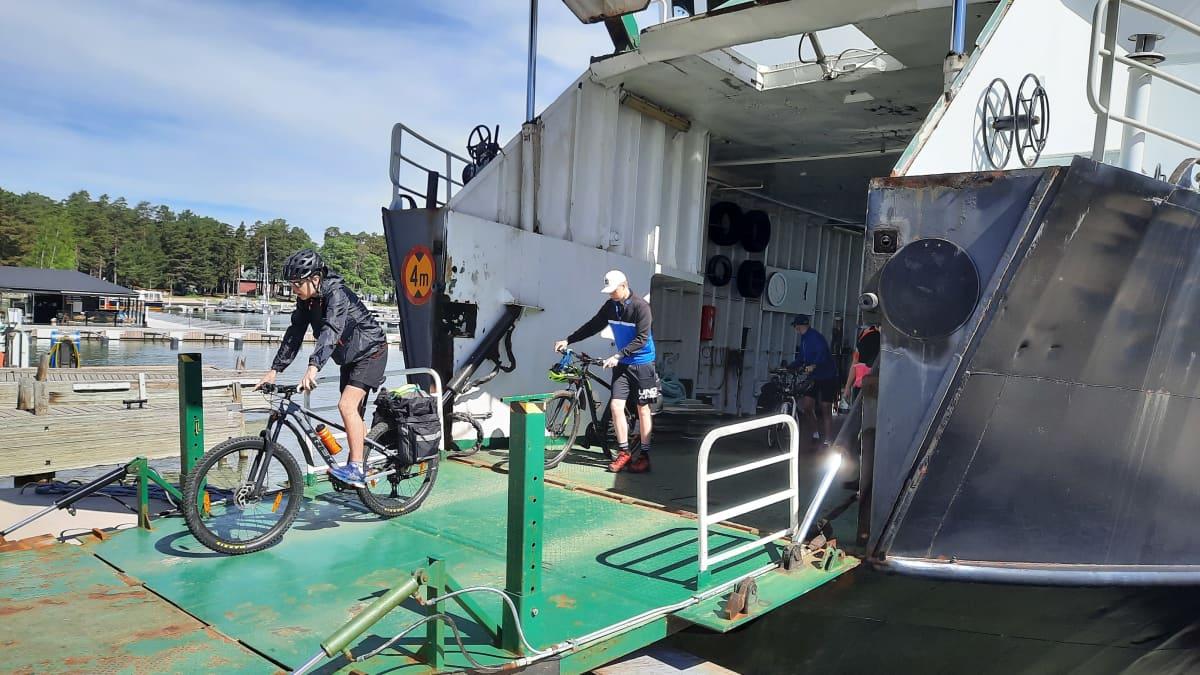 Pyöräilijöitä rantautuu Naucvon satamaan