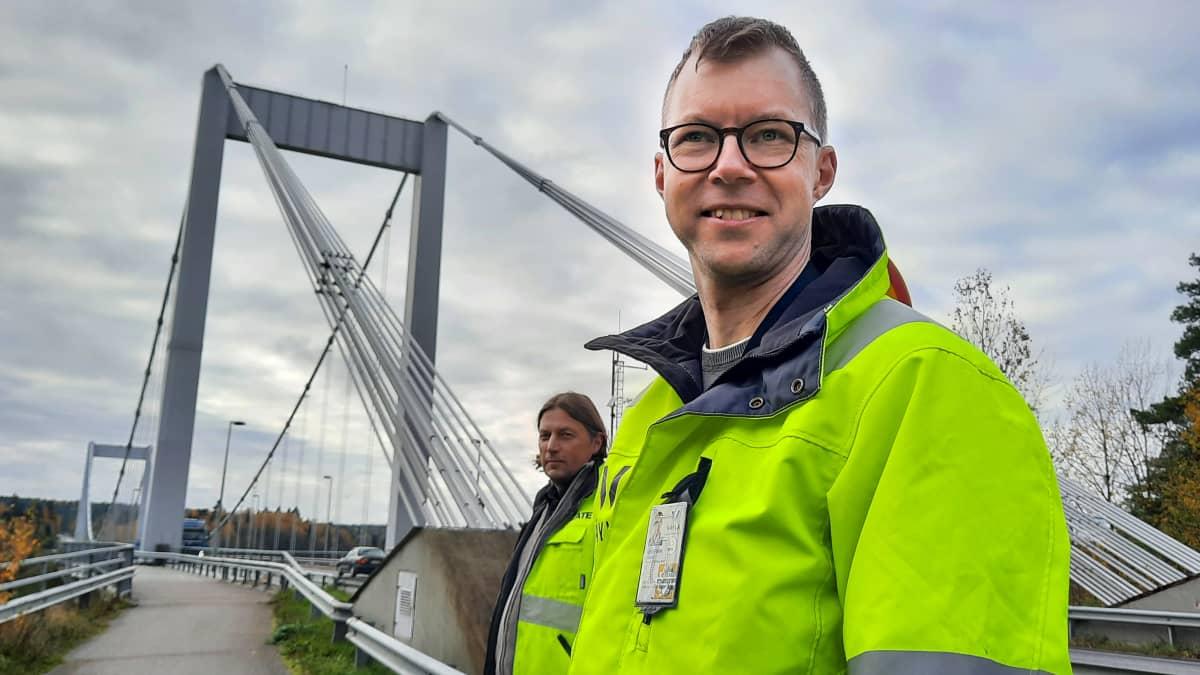 Janne Wikström seisoo Kirjalansalmen sillan päässä.