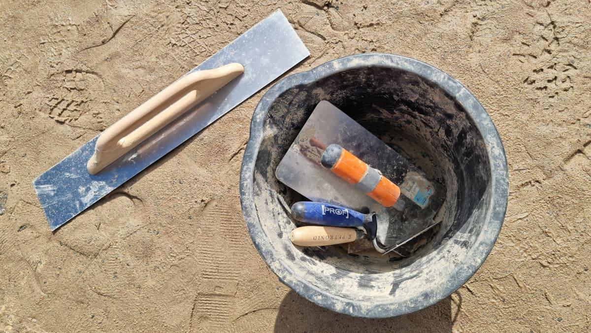 Ämpärissä työvälineitä hiekkalinnan veistämiseen