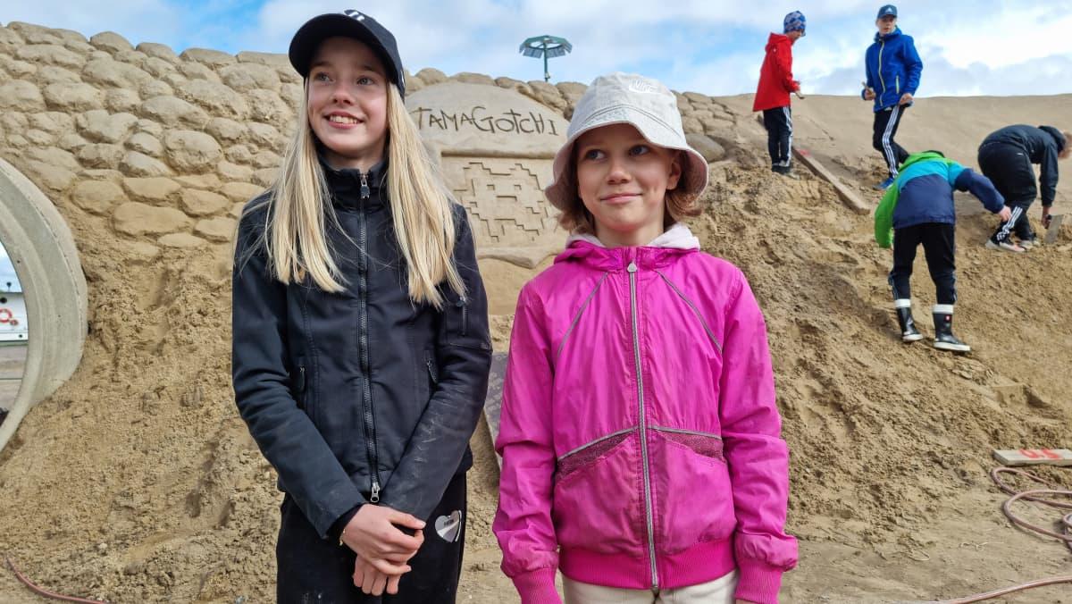 Sini Falkberg ja Seela Ahola auttavat rakentamisessa