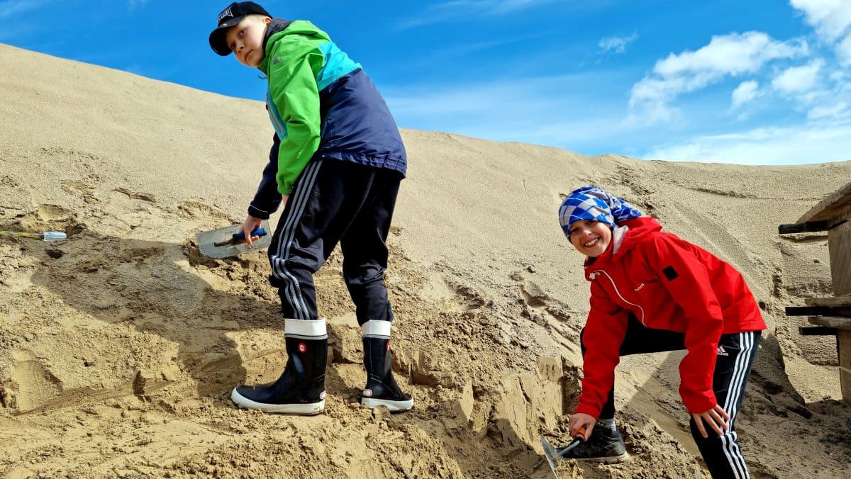 Kaarle Leinonen ja Hugo Nurmi hiekkalinnaa rakentamassa