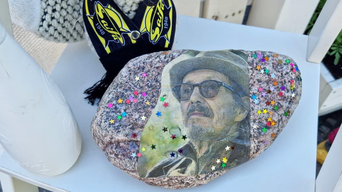 Kettupajan taidenäyttelyn teoksia, Pave Maijasen kuva kivessä