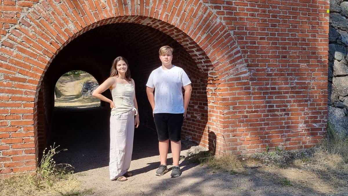 Milja Tuura ja Rasmus Ahola Taavetin linnoituksessa