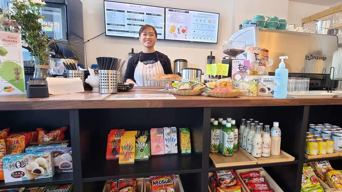 Kuplatee kahvila Tea 'n' Roll omistaja Amy Truong tiskin takana