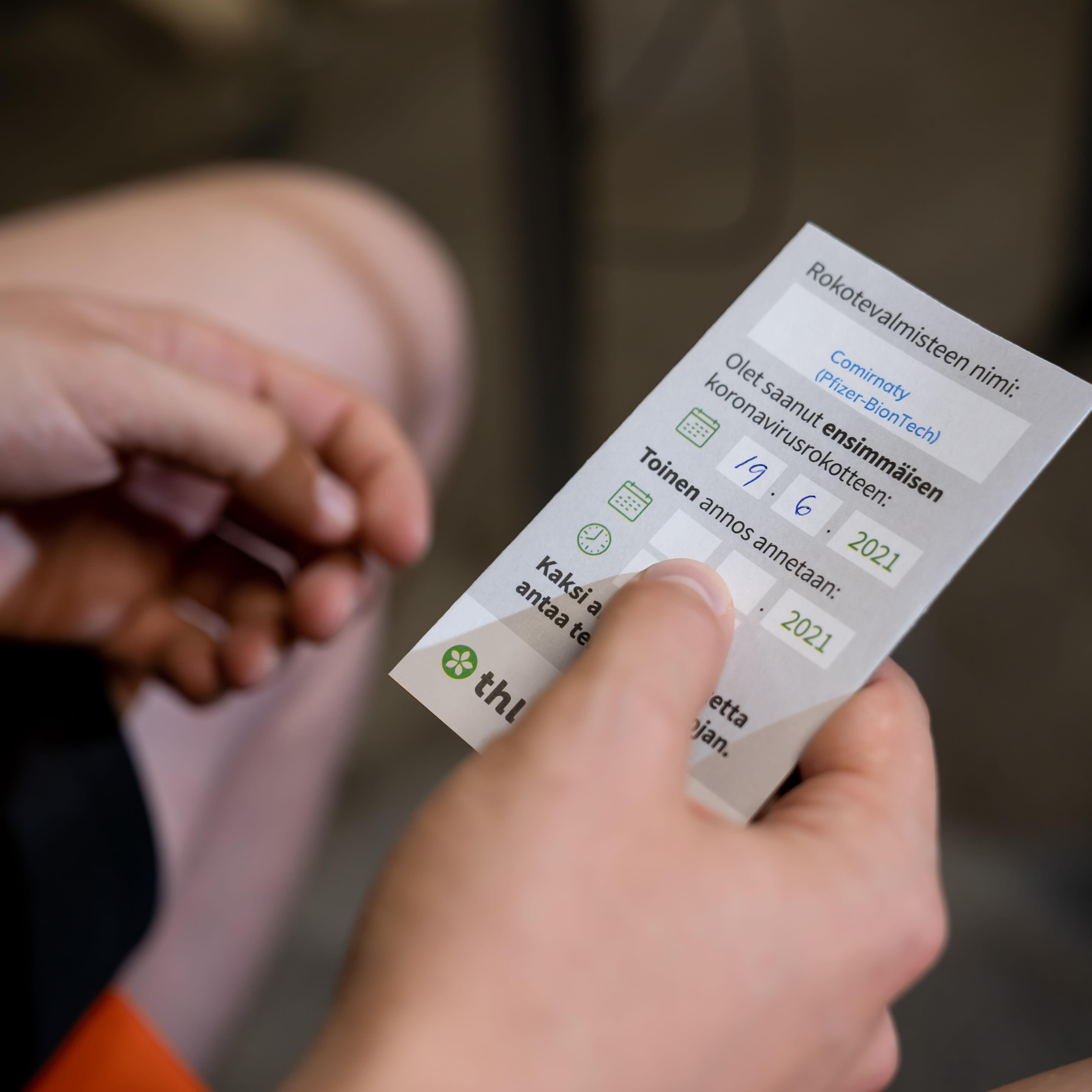 Kortti ensimmäisen koronarokotuksen jälkeen, Jätkäsaaren rokotuspiste, Helsinki, 19.6.2021.