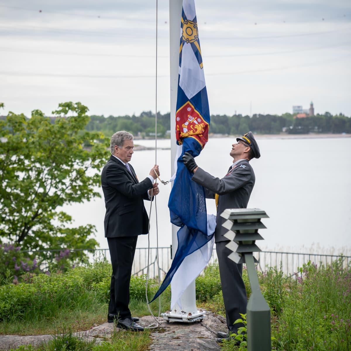 Presidentti Sauli Niinistö lipunnostossa, Mäntyniemi, 4.6.2020.