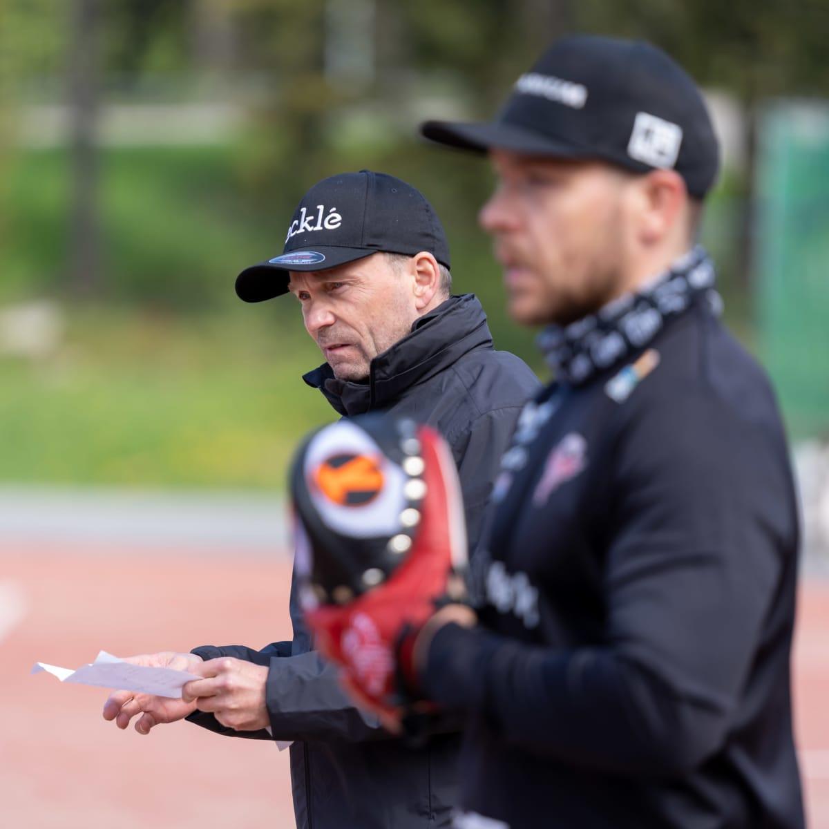 Pesäpalloseura Manse PP:n pelinjohtaja Matti Iivarinen (takana), etualalla lukkari Juha Puhtimäki, Tampere, 23.5.2021.