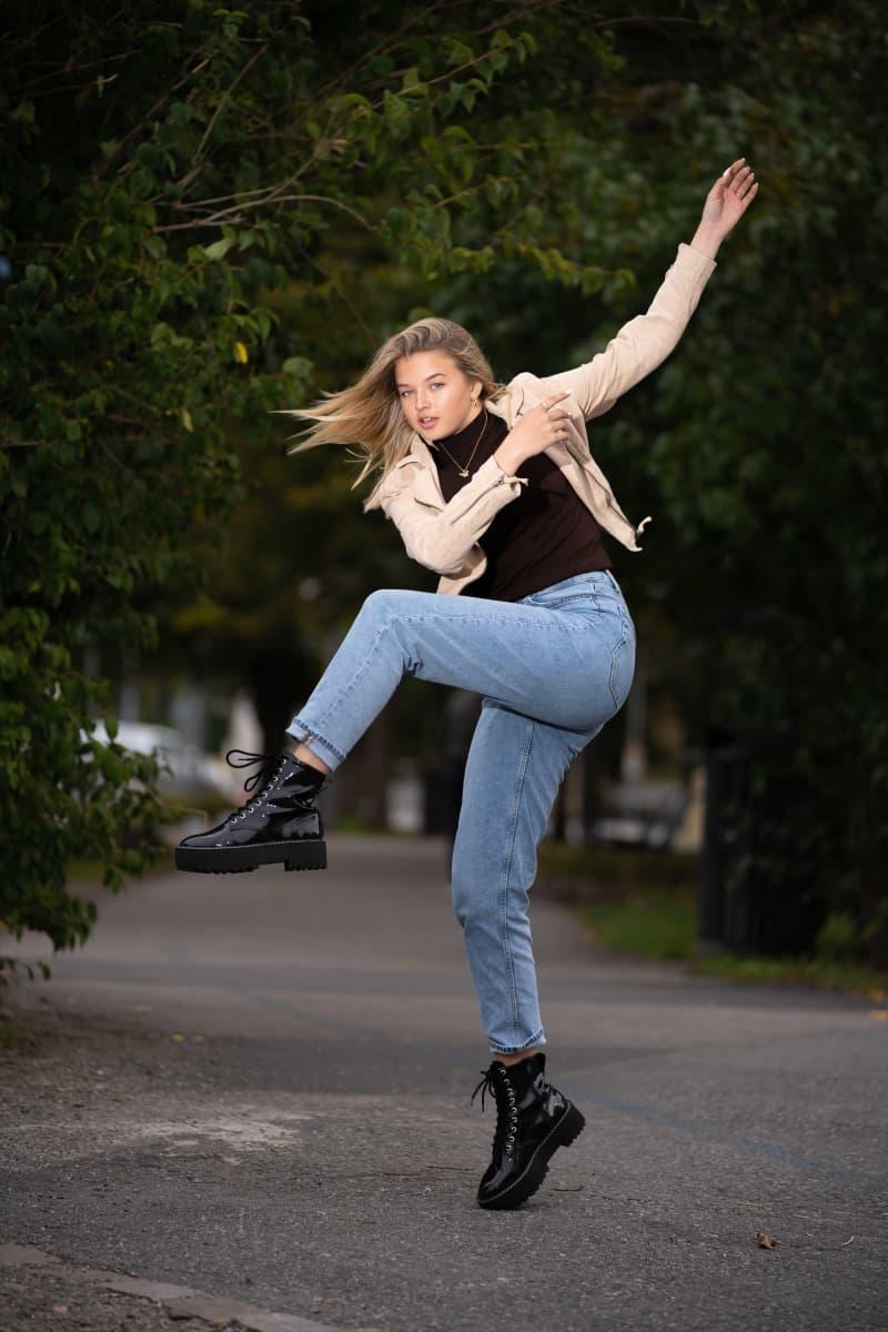 Joalin Loukamaa tanssii Turun kaduilla.
