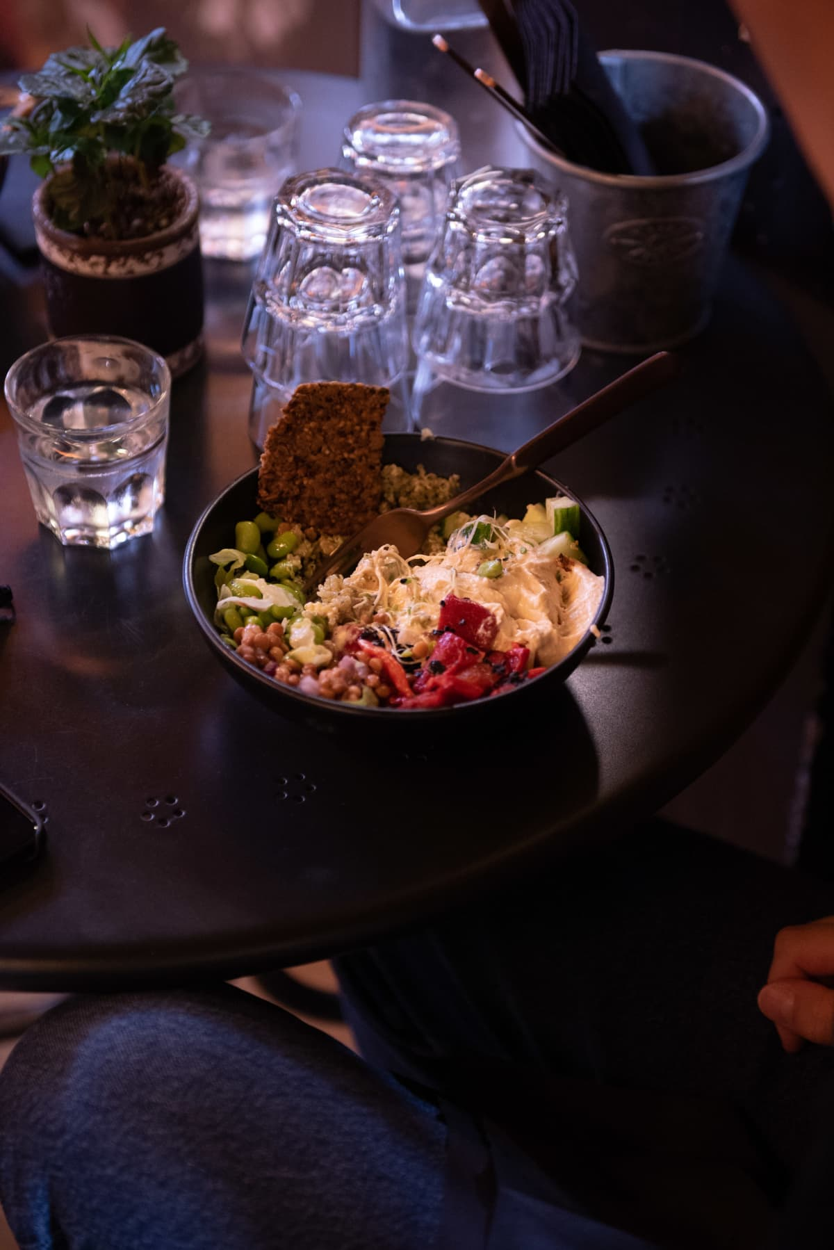 Ruoka-annos jossa on erilaisia papuja, kasviksia ja ituja.