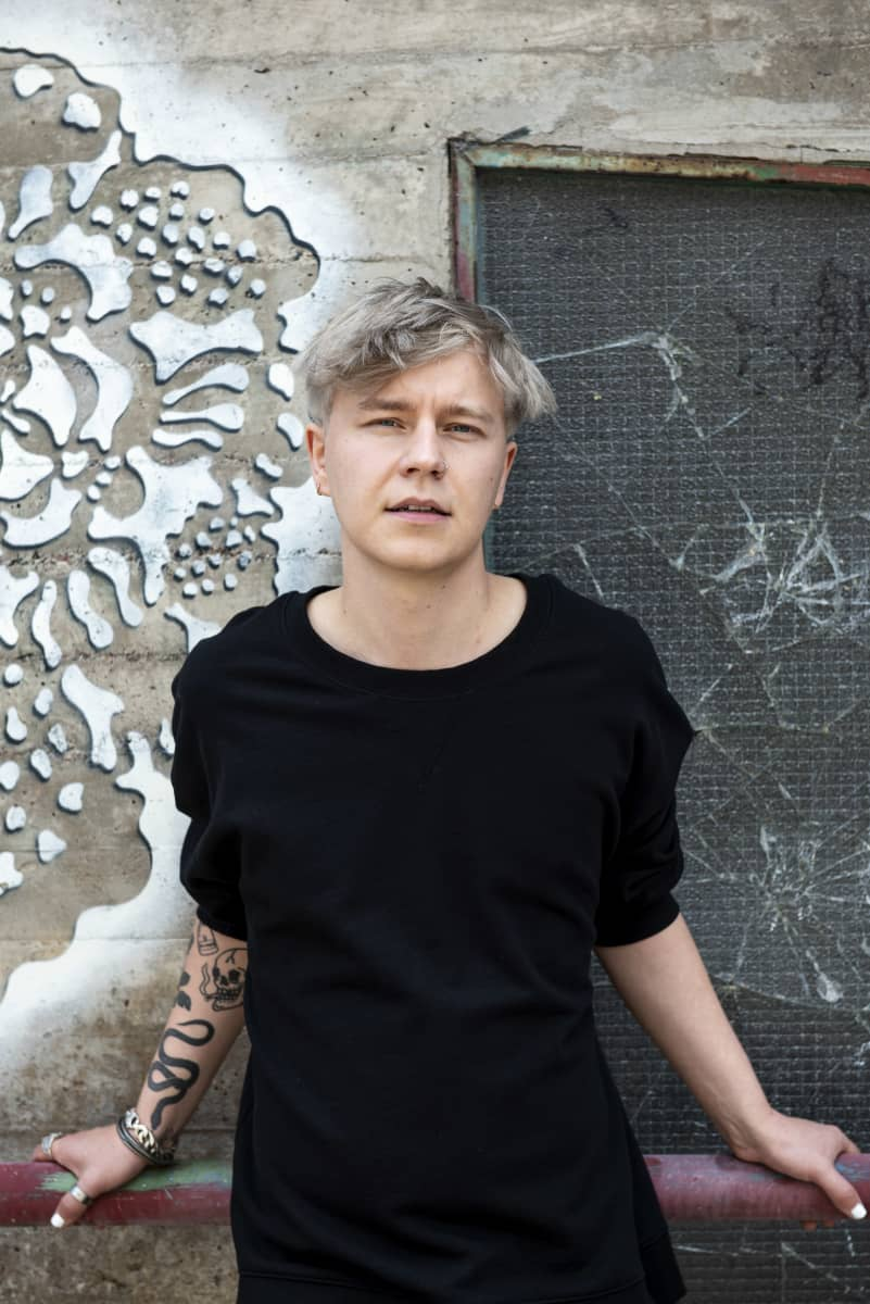 Costee (Jussi Tiainen) kuvattuna kotinsa edustalla Pasilassa 10.08.2020.