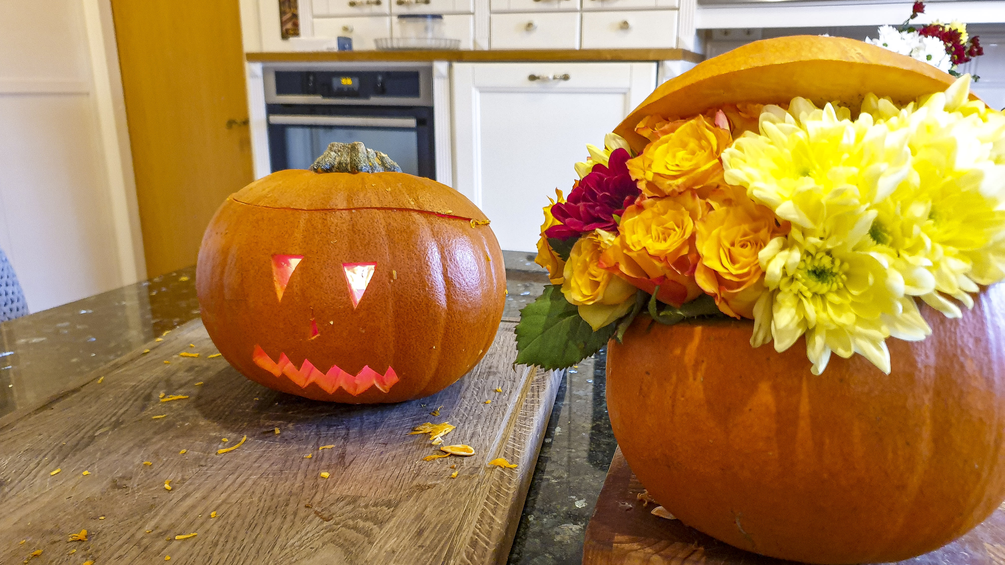 Kurpitsoista tehtyjä halloween-koristeita.