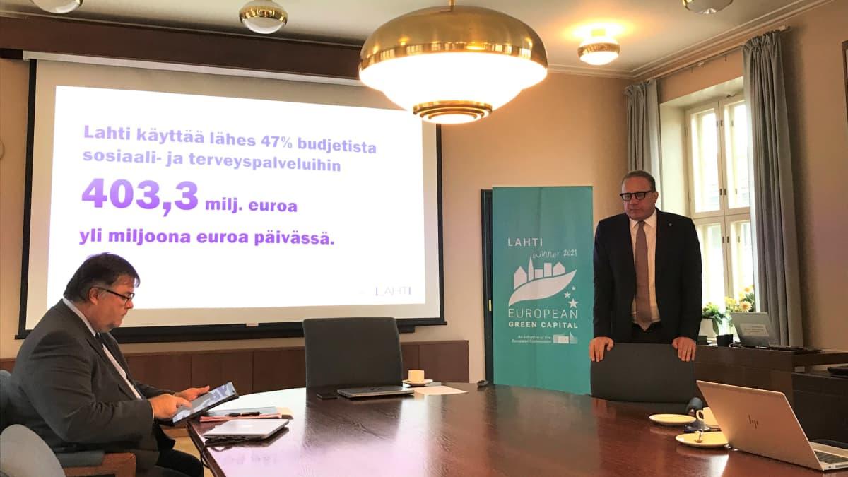 Lahden kaupunginjohtaja Pekka Timonen esittelee budjettiesitystään vuodeksi 2021.