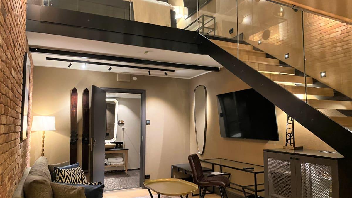 Kaksikerroksinen hotellihuone ja huonekalut