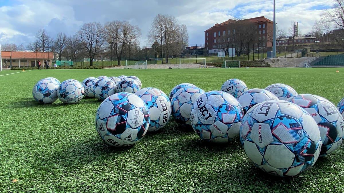 Jalkapalloja Lahden Kisapuiston stadionin tekonurmella huhtikuussa 2021