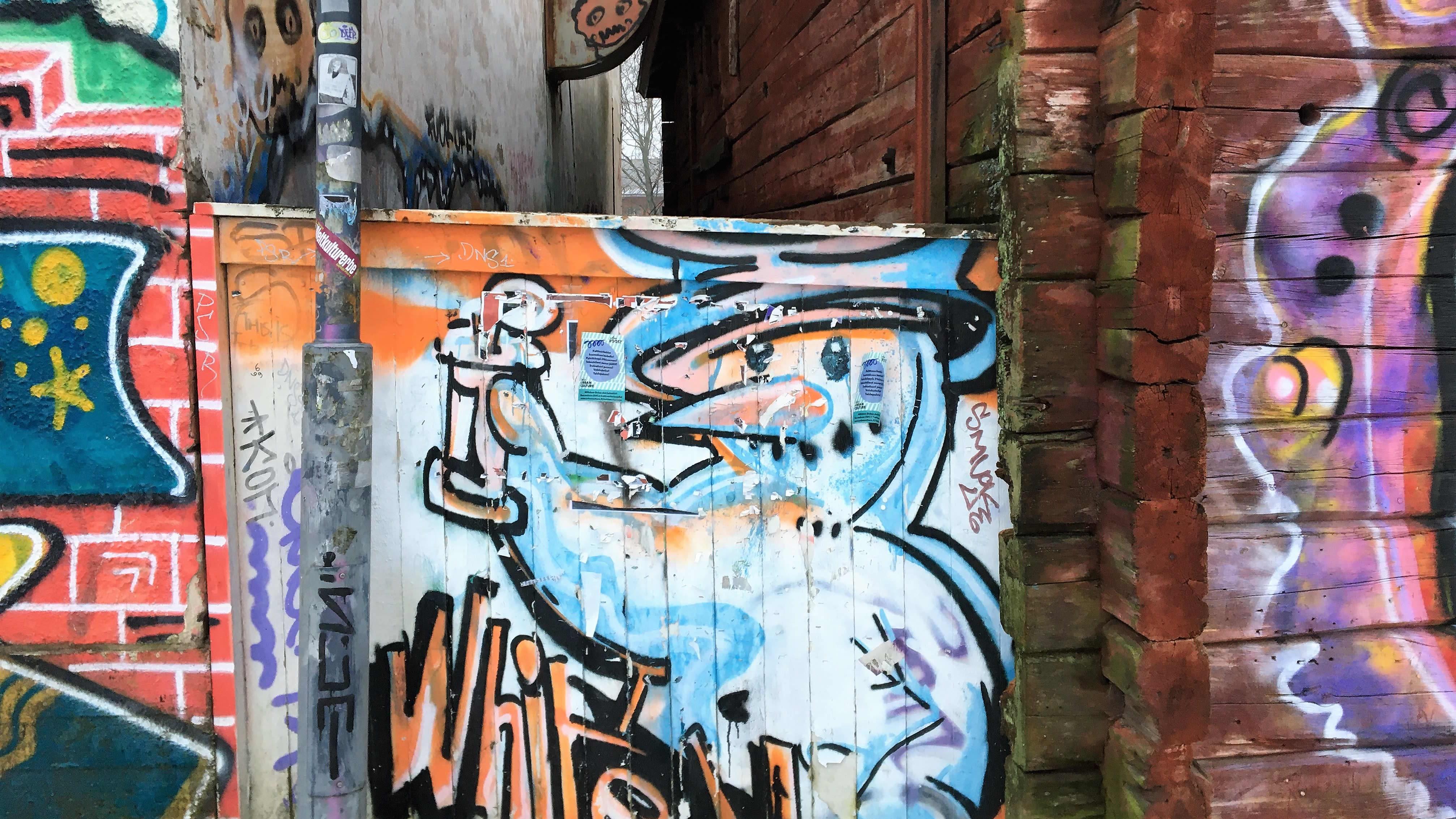 Graffiteja Oulun Sahasaaren vanhoissa taloissa.