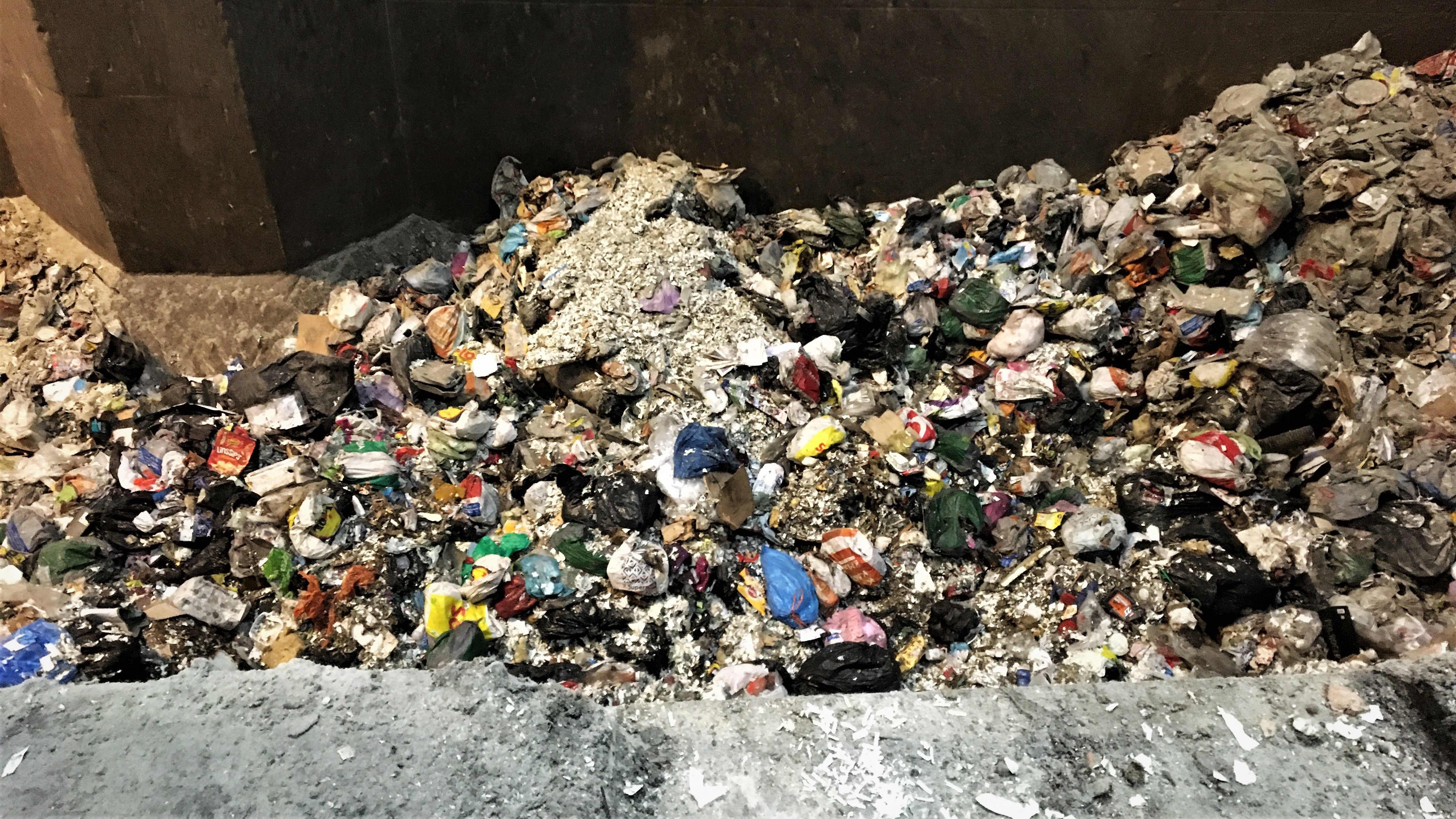 Jätepusseja jätteenpolttolaitoksen tyhjennyskuilussa.