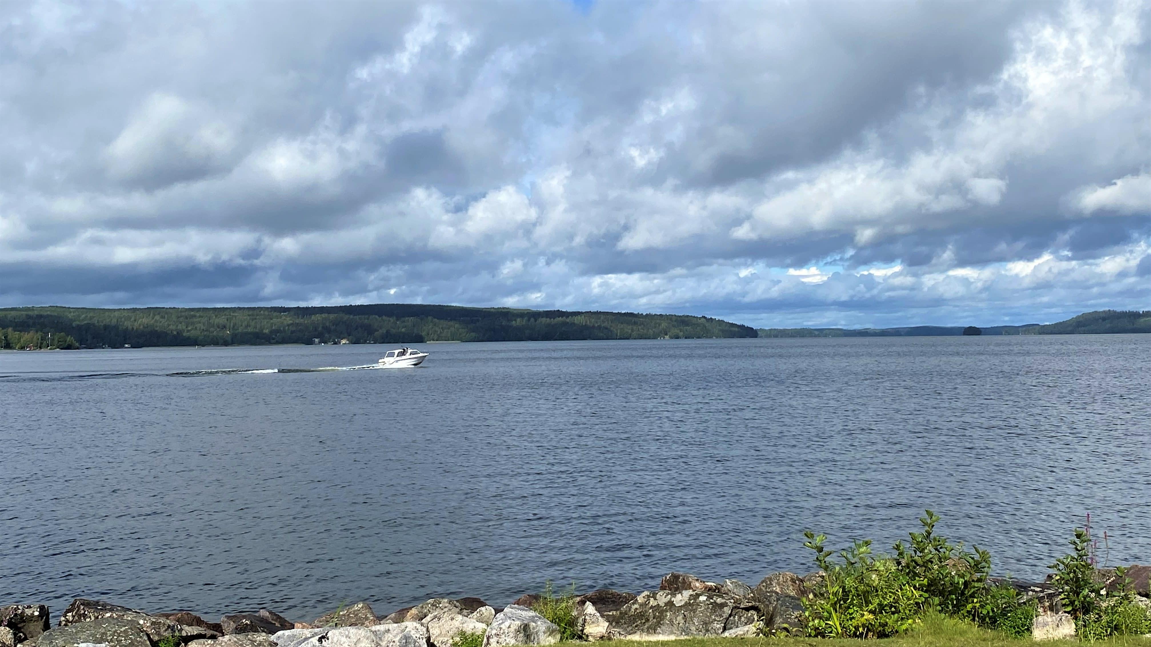 Järvi, aurinko paistaa, vene ajaa järvellä