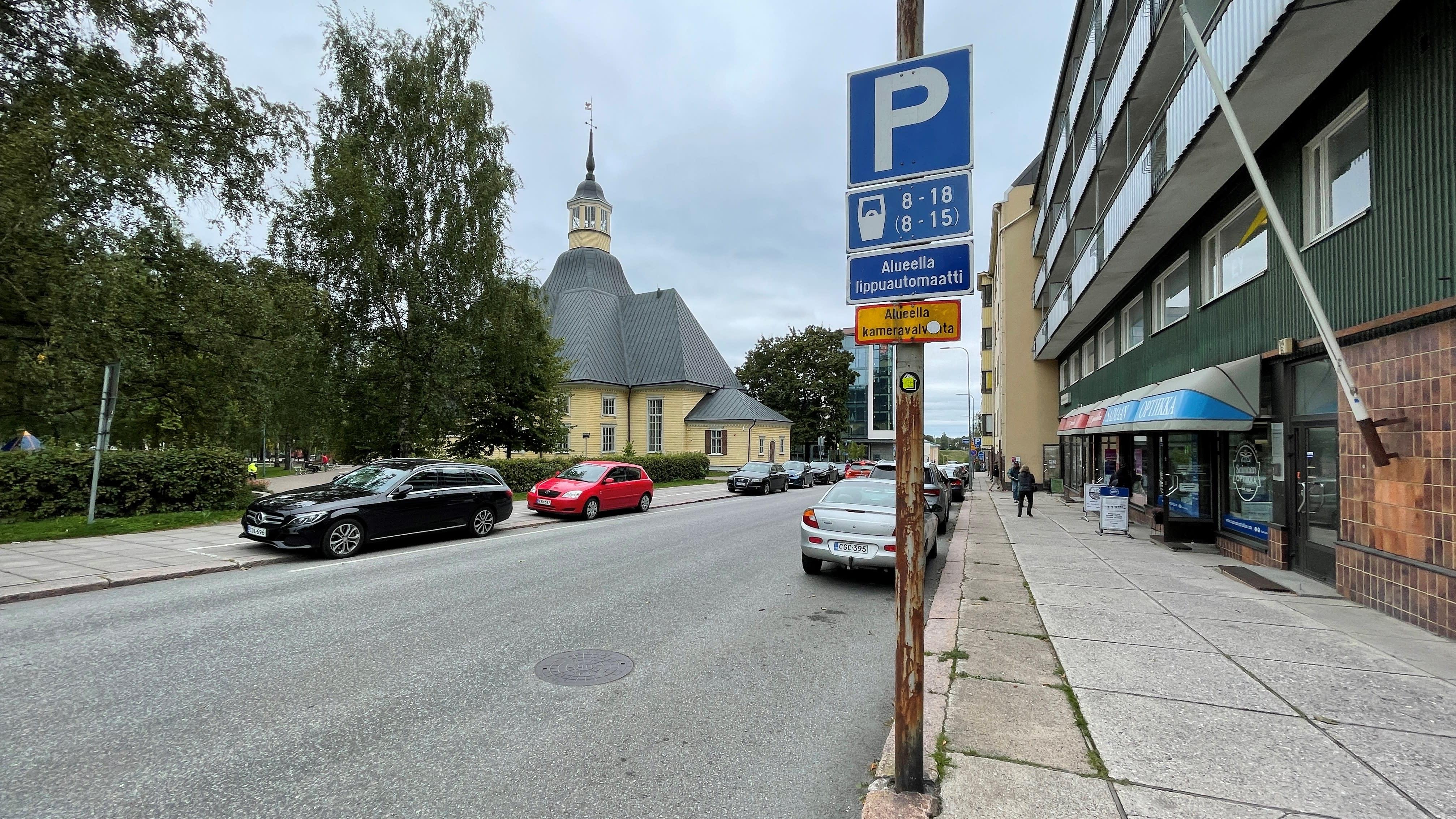 Pysäköityjä autoja Lappeenrannan keskustassa