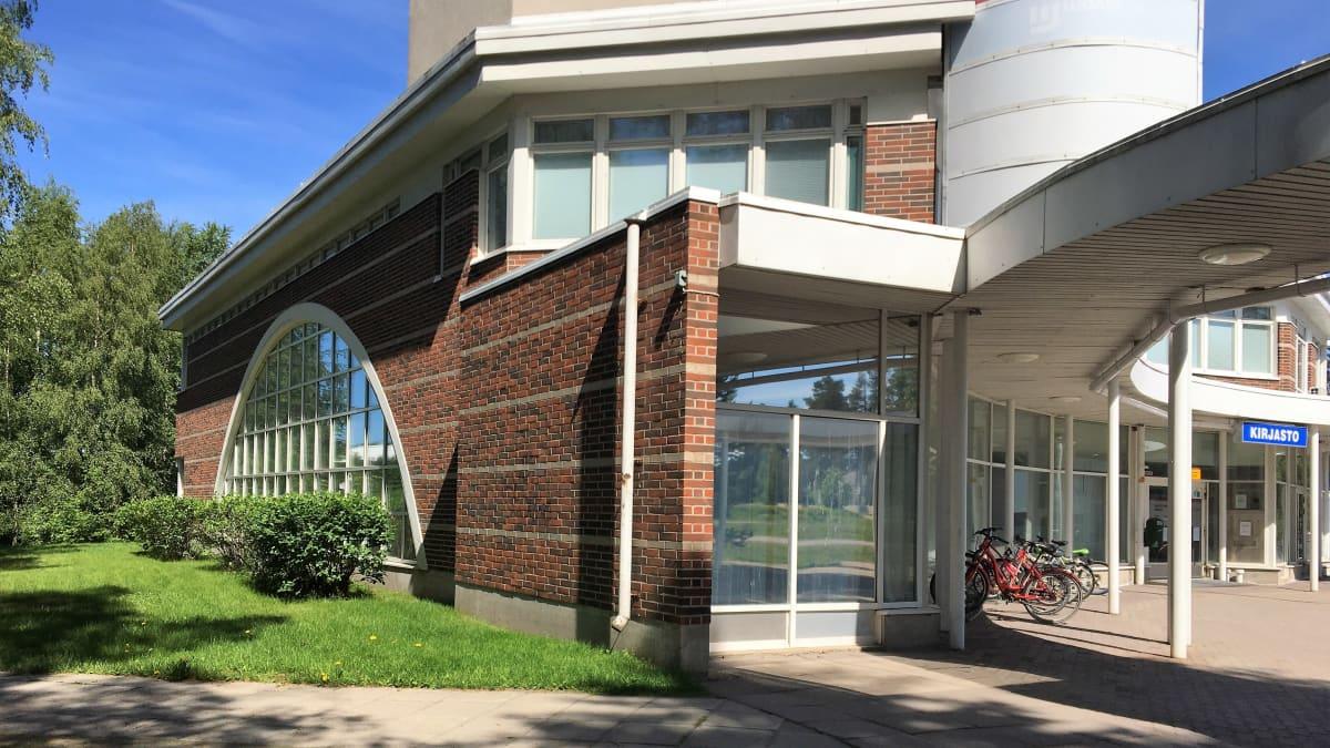 Oulun Haukiputaan kirjaso edustaa arkkitehtuuriöltaan niin sanottua Oulun koulua