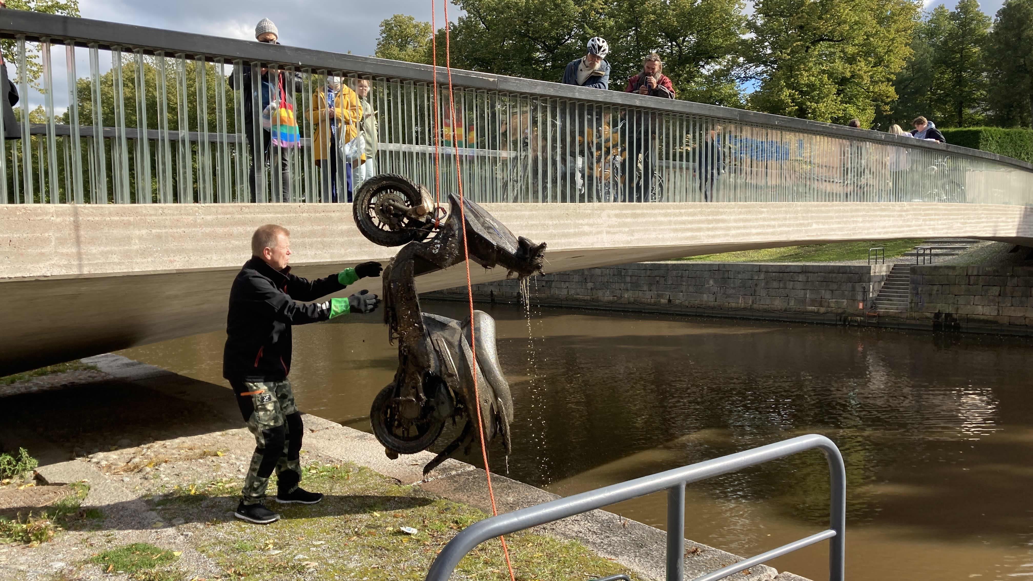 Sukeltajat nostivat Aurajoesta skootterin – yleensä kuiville kiskotaan pyöriä ja potkulautoja