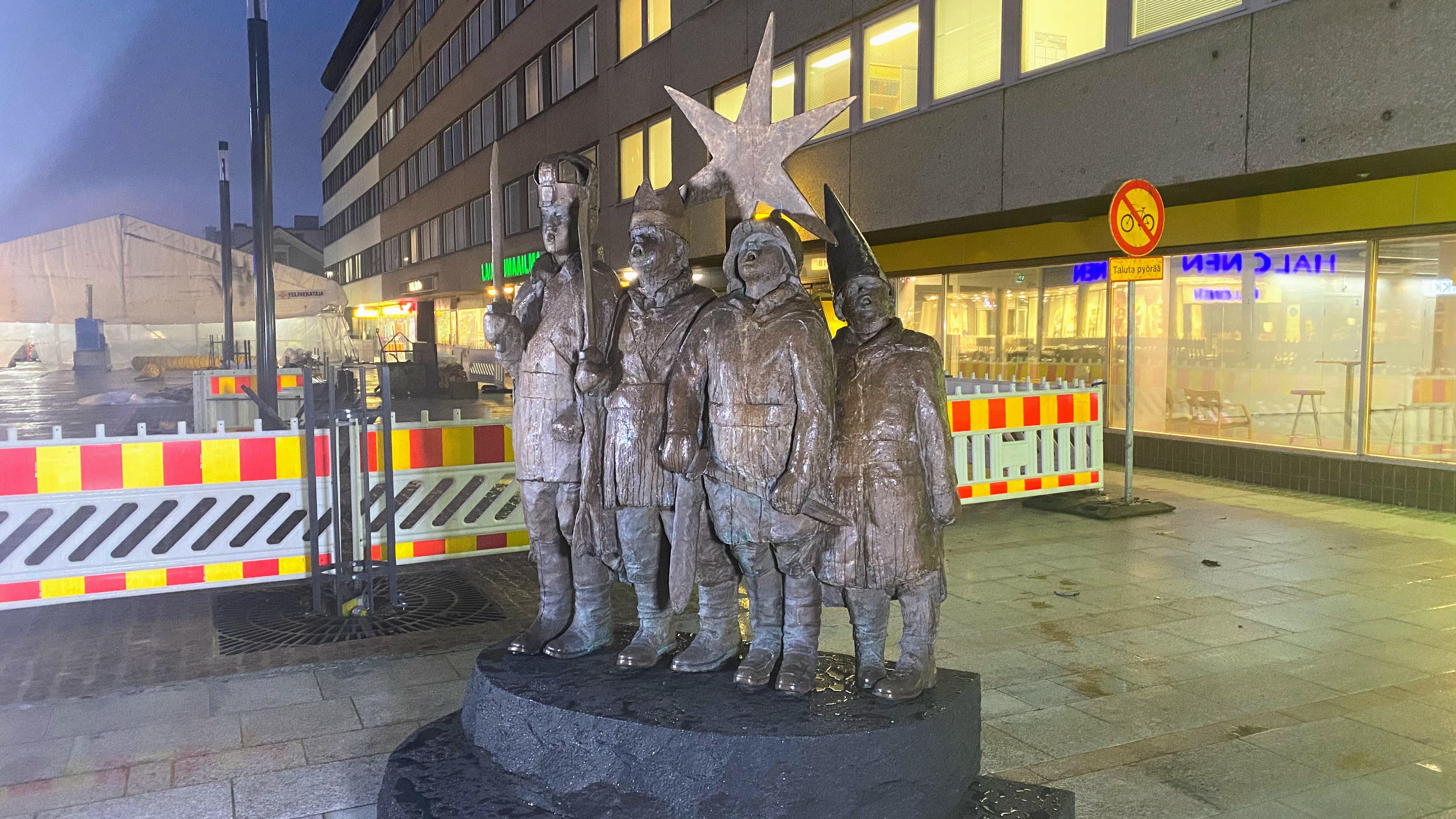 Tiernapoikapatsas marraskuussa 2020 uudella paikallaan Oulun Rotuaarilla