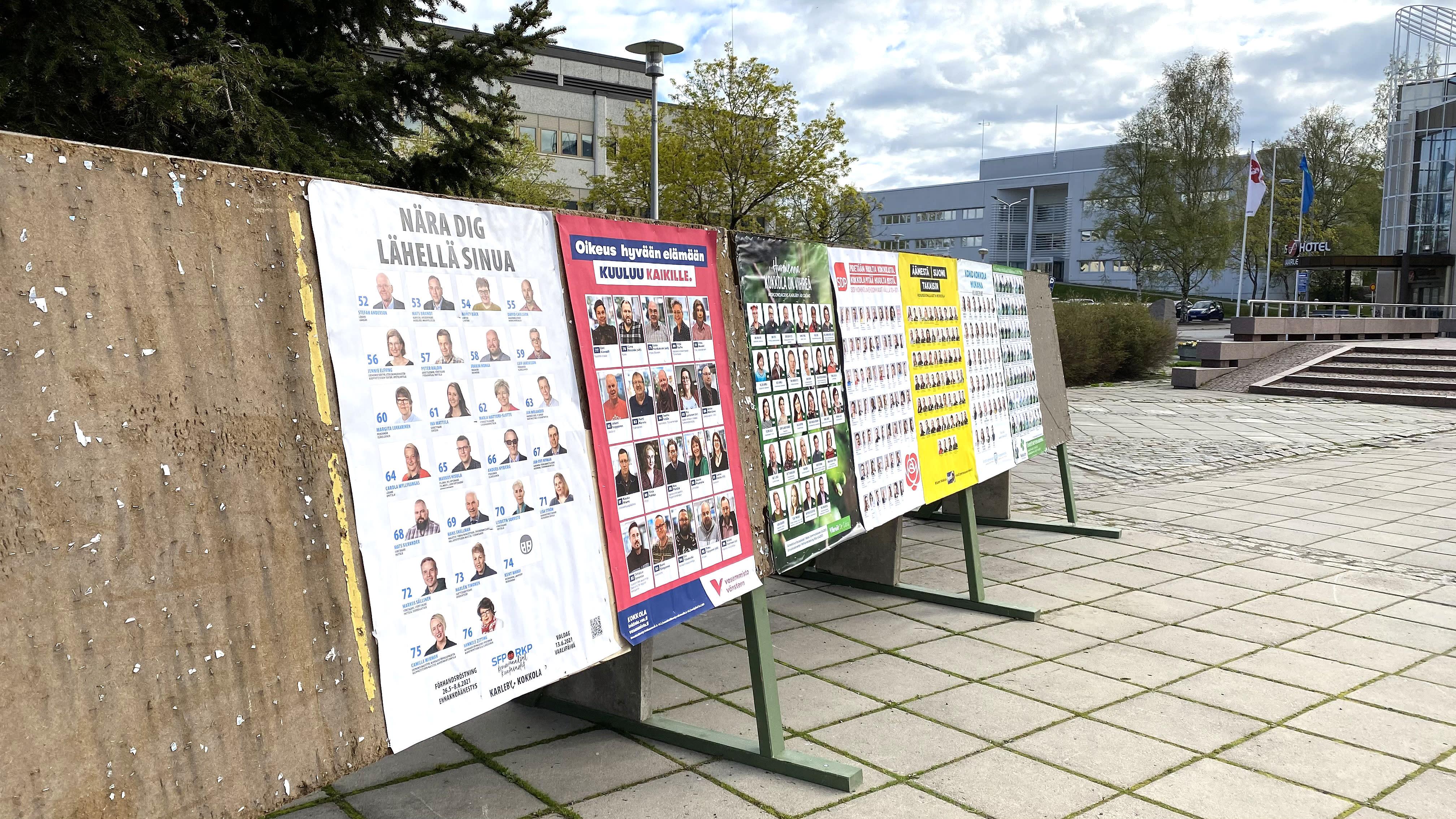 Kuvassa kuntavaalimainoksia