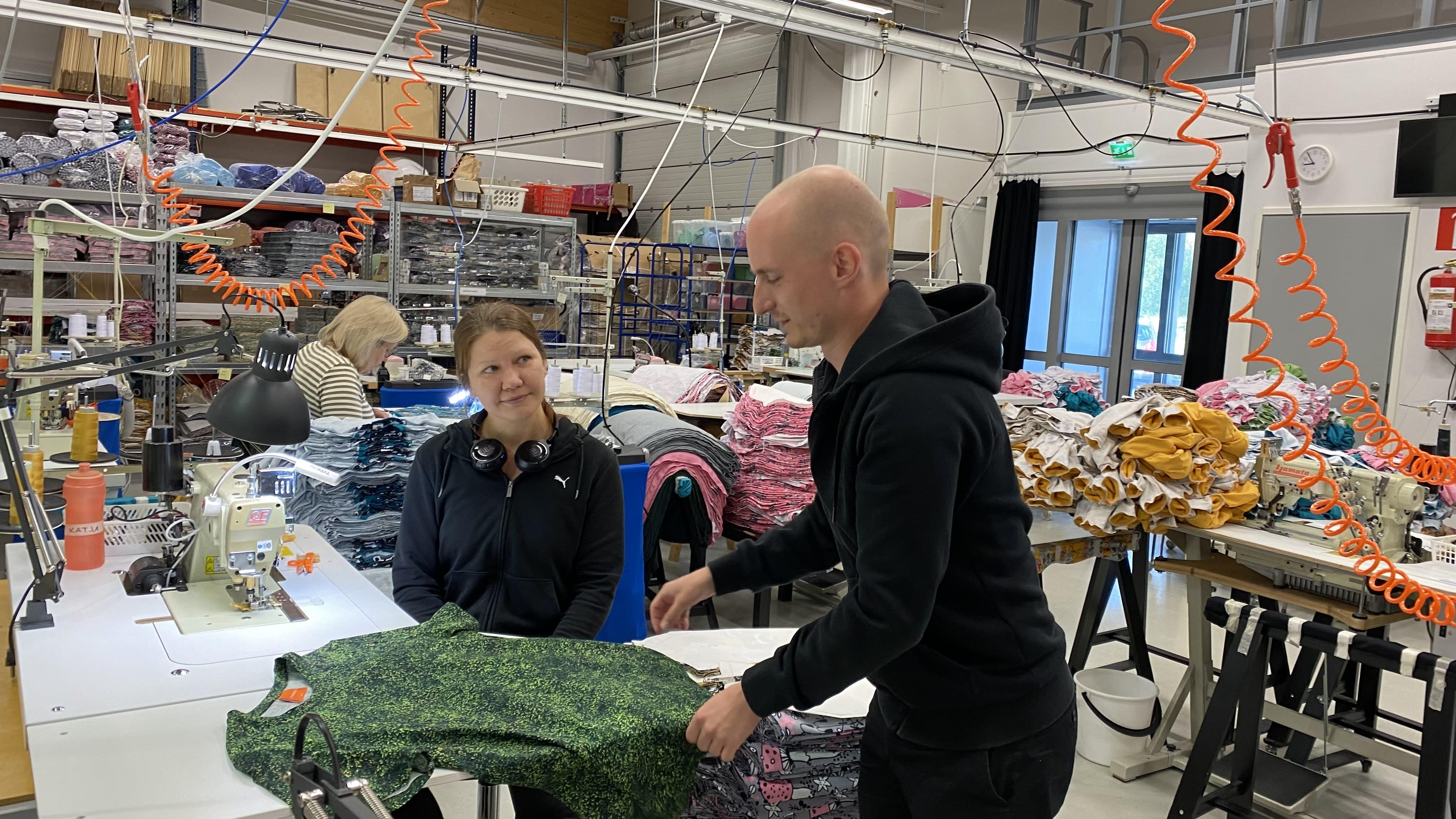 Katja Pulkkinen ja Juha Järvinen tutkivat miesten paitaa PaaPiin ompelimossa