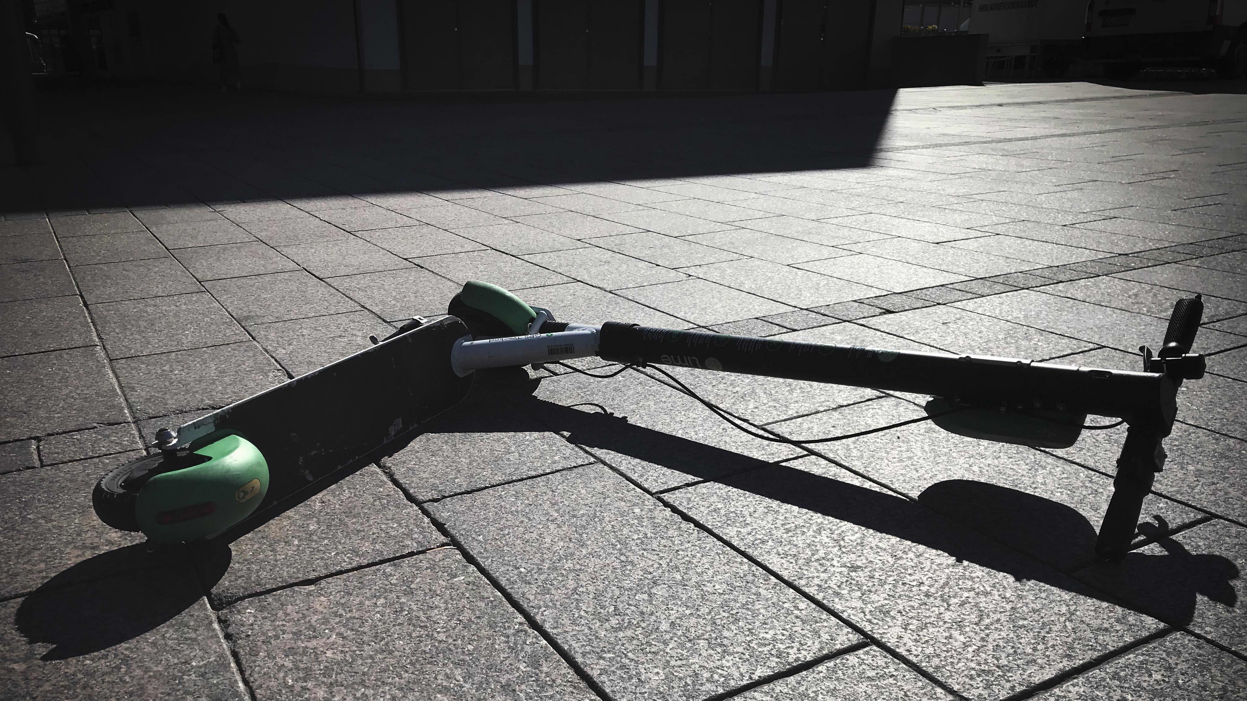 Sähköpotkulauta katukivetyksellä Narinkkatorilla Helsingissä heinäkuisena aamupäivänä.