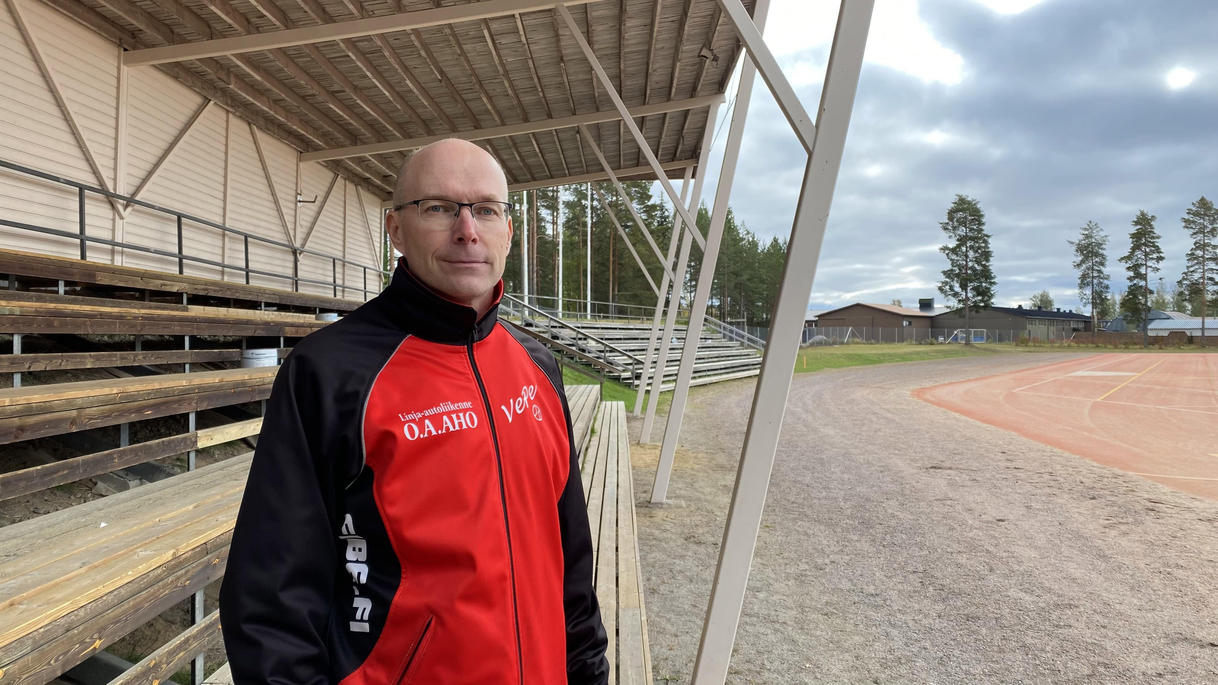 Kuvassa Veteli Pesiksen poikien Superpesisjoukkueen joukkueenjohtaja Kari Lahti