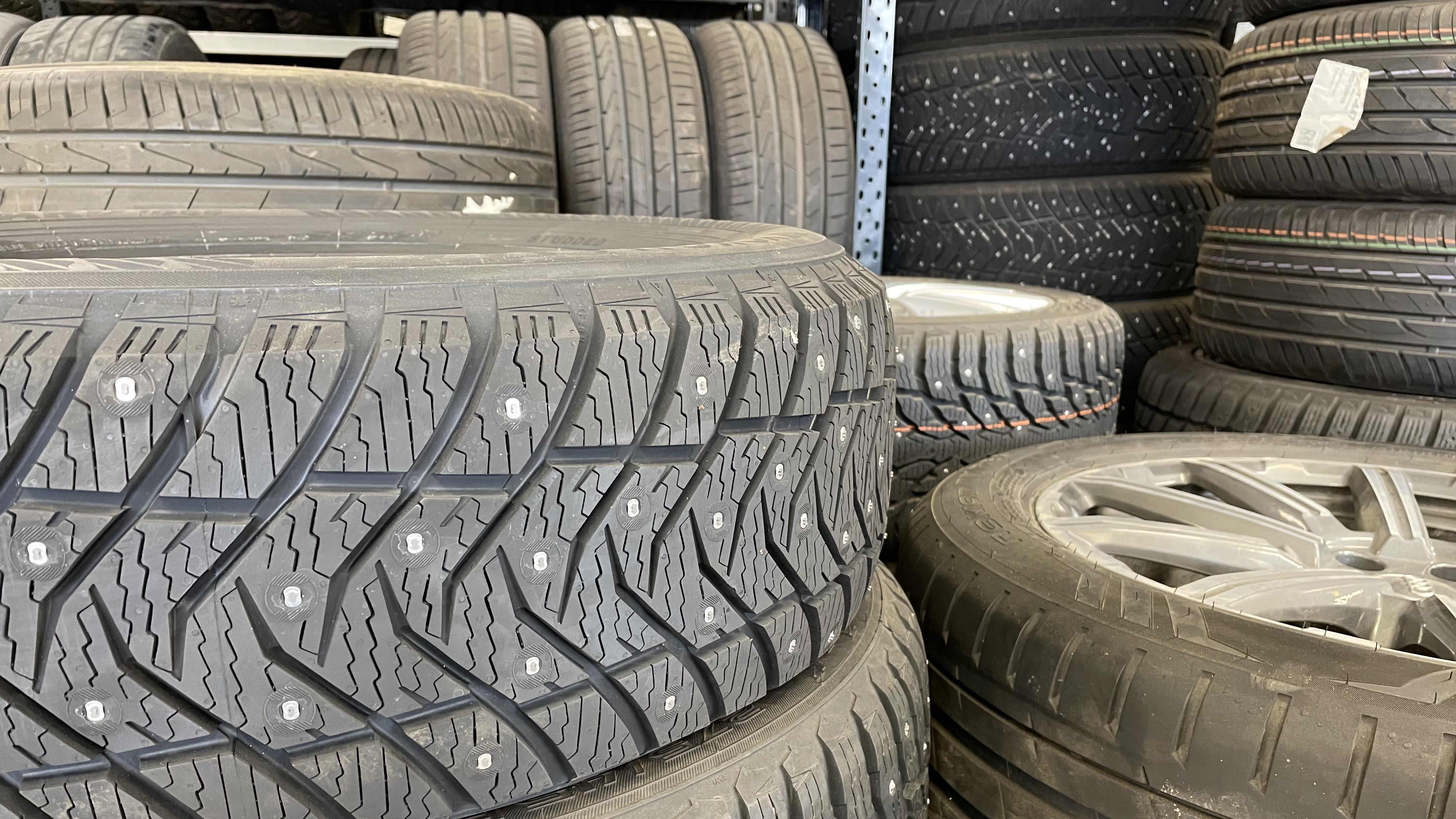 Autonrenkaita pinossa rengasliike JV-renkaassa Joensuussa.