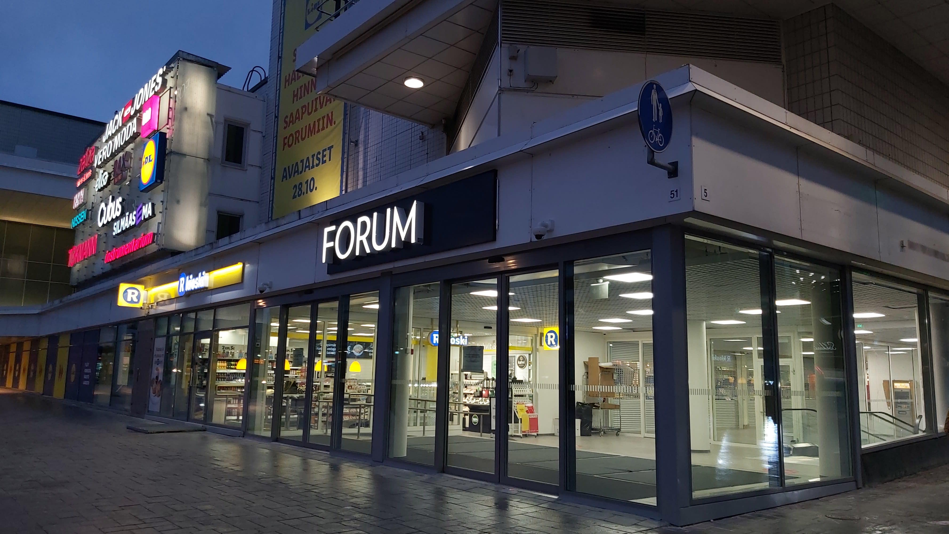 Jyväskylän keskustassa kauppakeskus Forumin uusi sisäänkäynti iltavalaistuksessa.