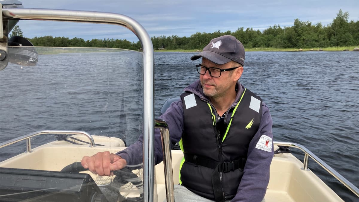 Kalastus- ja luonto-opas Jukka Viita-aho ohjaa venettä merellä Mustasaaressa.
