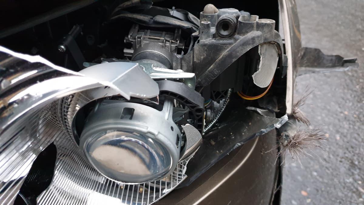 vaurioitunut auton etukulma