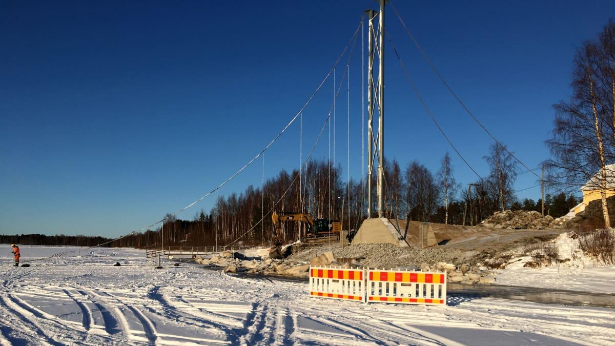 Iin Jakkukylän riippusillana rakennustyö helmikuussa 2020 Iijoella.