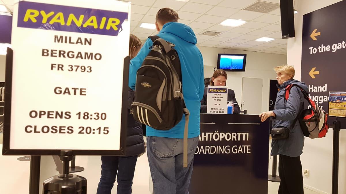Matkustajia Lappeenrannan lentokentän lähtöportilla
