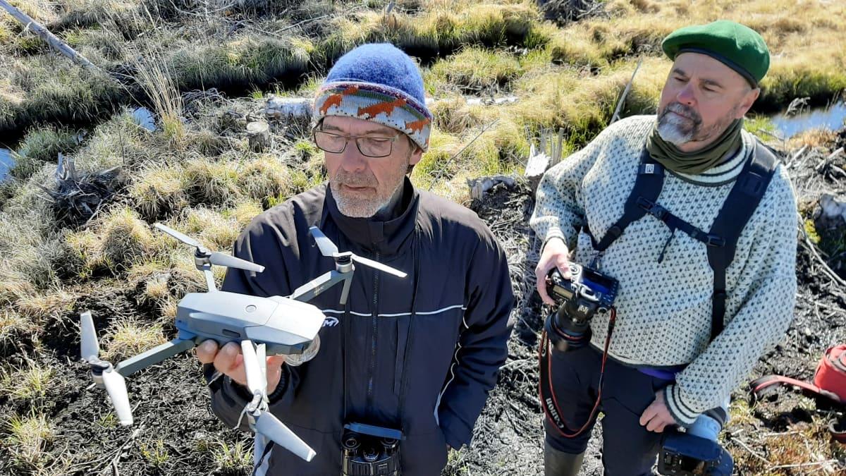 Tapio Osala ja Timo Lumme dronen kanssa