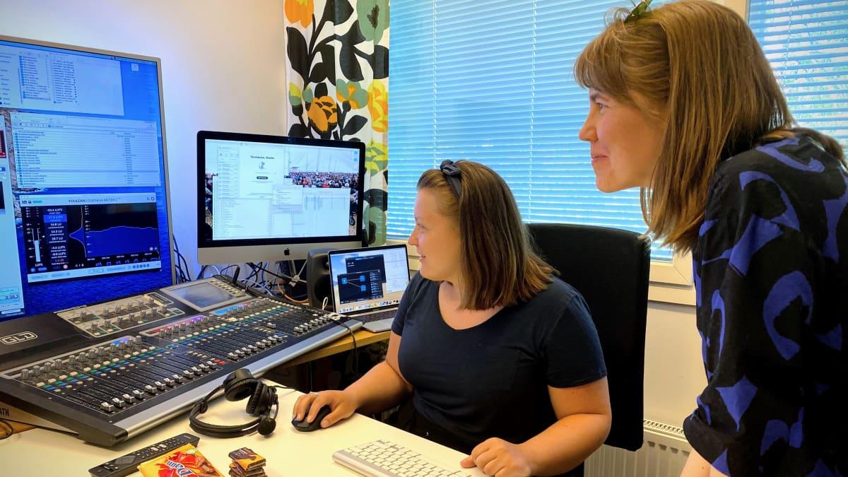 Lähetystyön sihteeri Henna Pärkkä ja kesäseuraradion päätoimittaja Vilja Paavola Suviseurojen radiostudiossa.