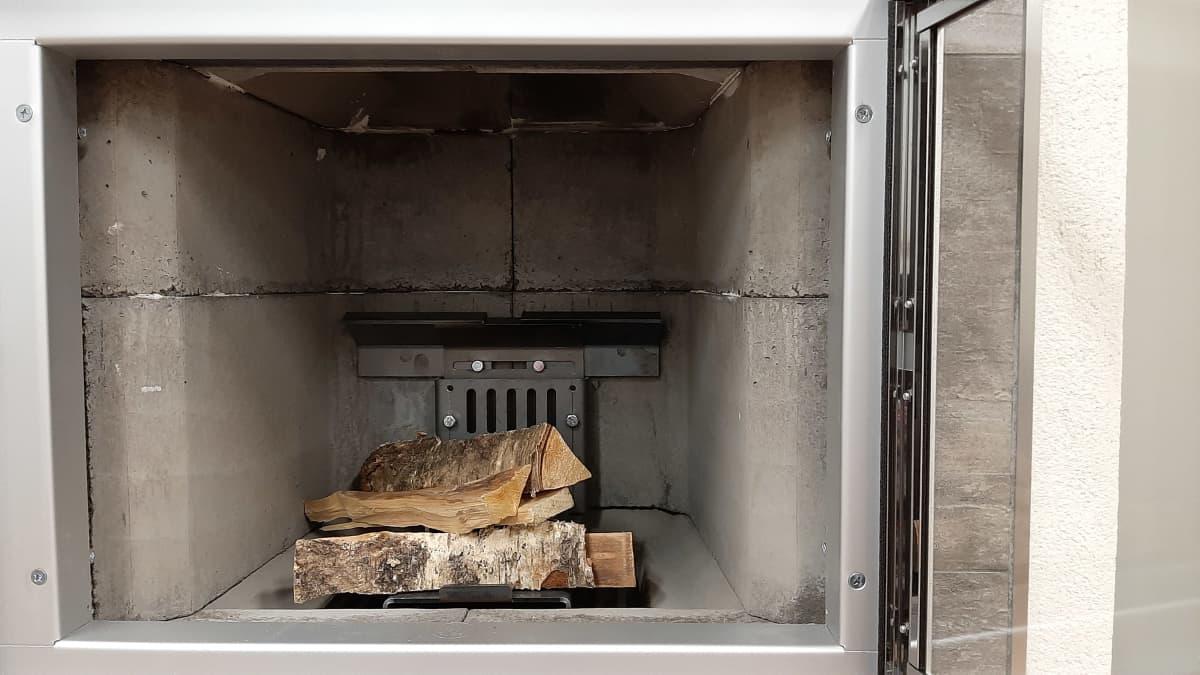 Ylivieskalainen entinen ensihoitaja-palomies, nykyinen keksijä ja yrittäjäkurssilainen Pasi Sillanpää on kehittänyt tulipesiin laitettavan päästöjä vähentävän lisäosan, niin sanotun ilmaohjaimen