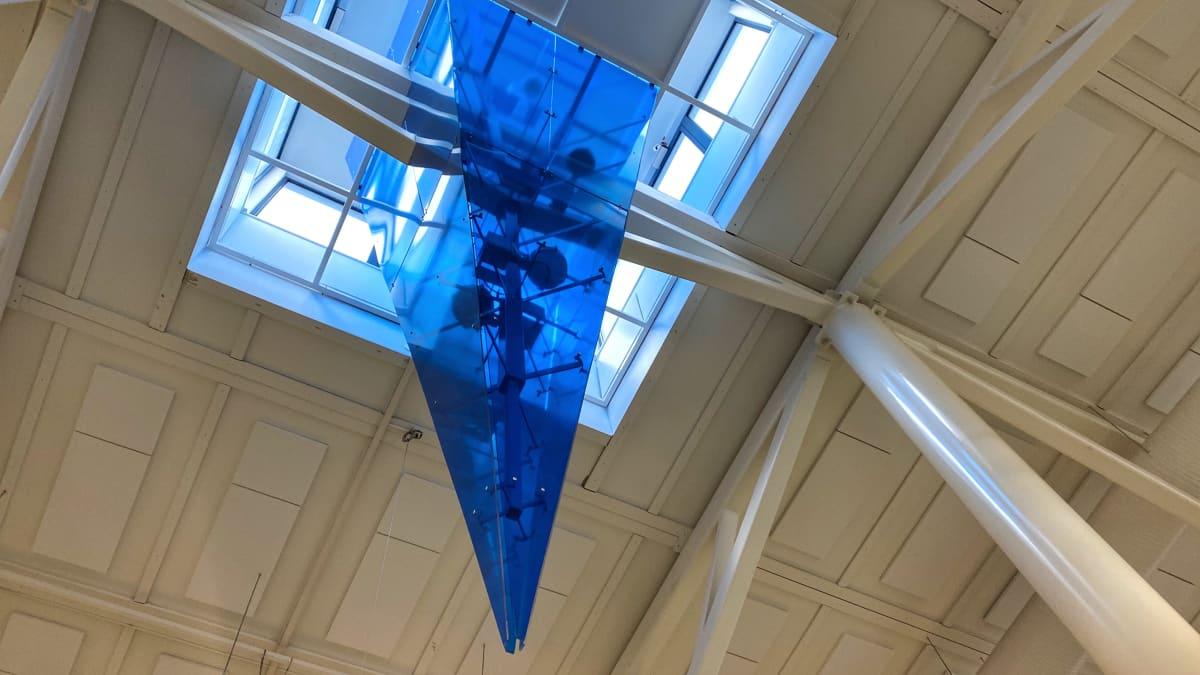 Jääpuikko roikkuu Kuusamon lentoaseman katosta.