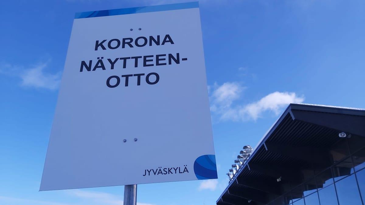 Opastekyltti koronanäytteenottoon Jyväskylän Killerillä.