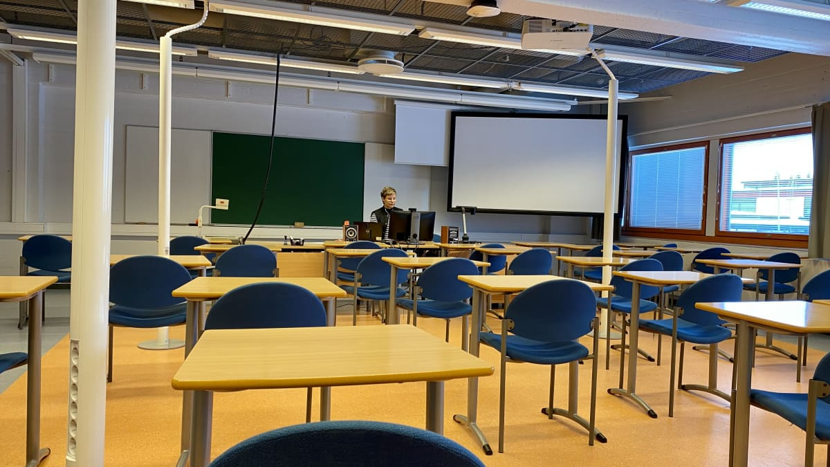 Tuntiopettaja Hanna Kempainen pitää oppituntia Kajaanin ammattikorkeakoulussa.