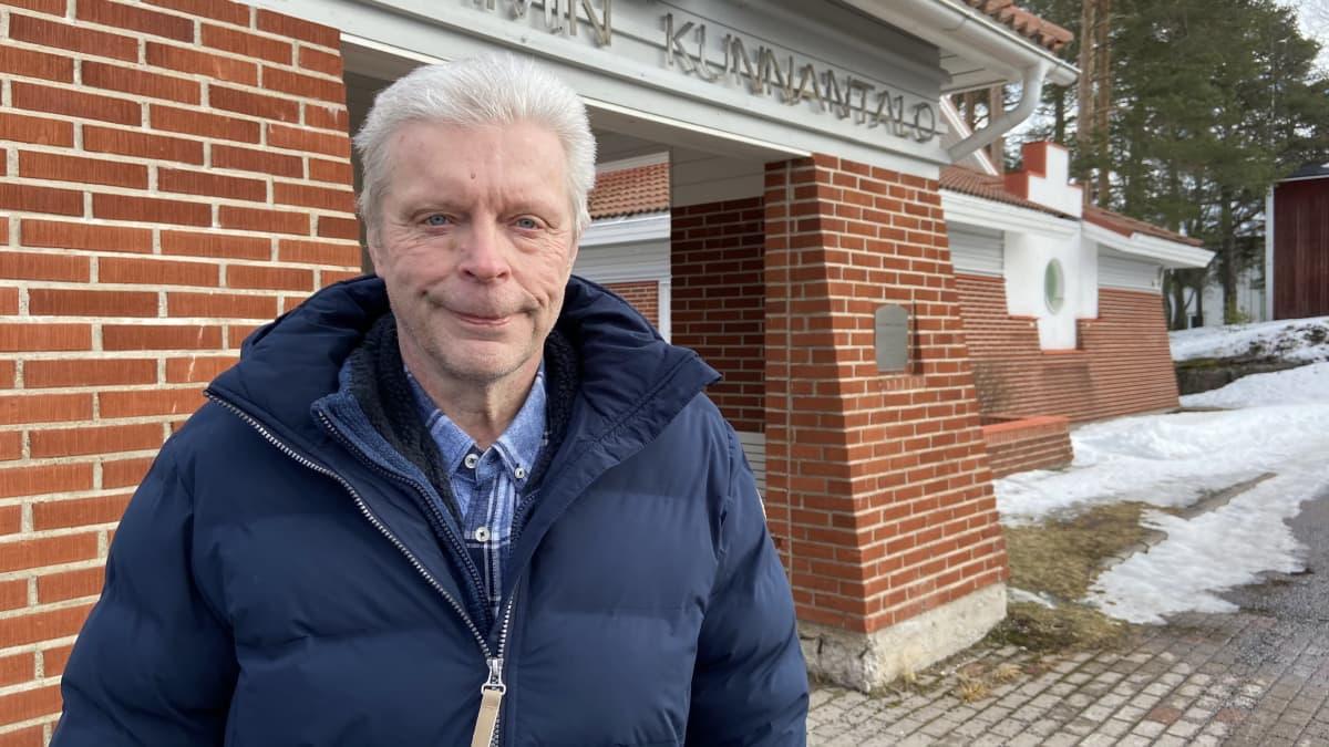 Kuvassa Jukka Lintilä seisoo Toholammin kunnantalon edustalla.