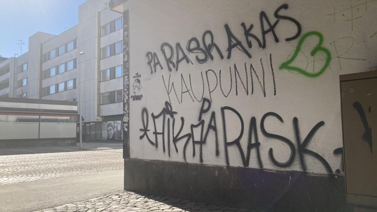 Paska kaupunni -seinäkirjoitus Oulun Uudellakadulla.