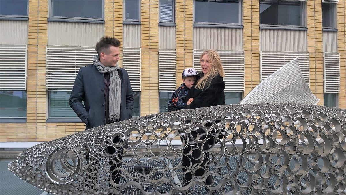 Teija ja Pekka Isorättyä ovat ihailemassa isonta miukkuveistosta poliisitalon edessä.