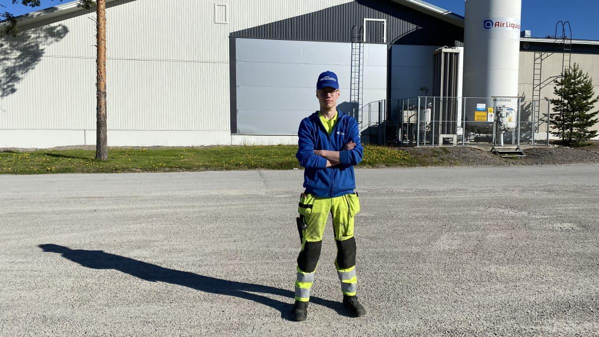 Roope Suojärvi seisoo työvaatteissa työpaikan pihalla